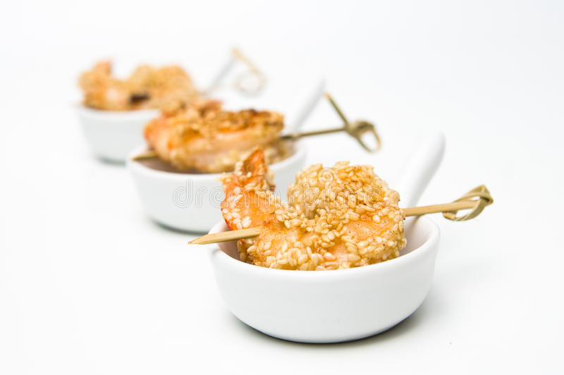 Τηγανισμένες γαρίδες με τους σπόρους σουσαμιού πρόχειρα φαγητά διάφορα στοκ φωτογραφία με δικαίωμα ελεύθερης χρήσης