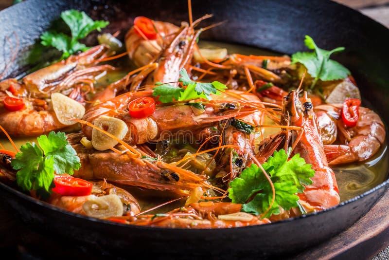 Τηγανισμένες γαρίδες με το σκόρδο και το κορίανδρο στοκ εικόνες