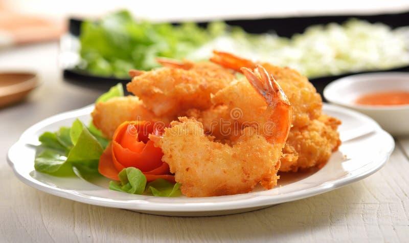 Τηγανισμένες γαρίδες στο άσπρο πιάτο στοκ εικόνες