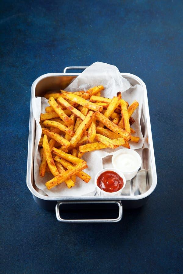 Τηγανισμένες κάρρυ πατάτες καρυκευμάτων στοκ φωτογραφίες
