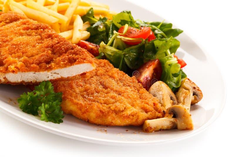 Τηγανισμένες κρέας και τηγανιτές πατάτες στοκ εικόνα με δικαίωμα ελεύθερης χρήσης