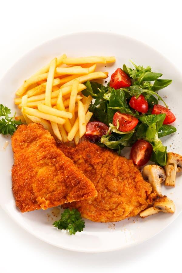 Τηγανισμένες κρέας και τηγανιτές πατάτες στοκ φωτογραφία με δικαίωμα ελεύθερης χρήσης