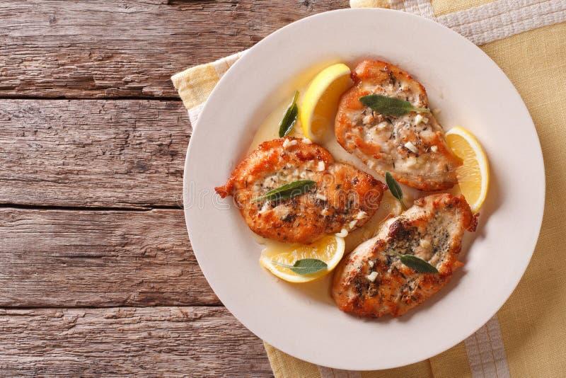 Τηγανισμένες μπριζόλες κοτόπουλου με τη φασκομηλιά, το σκόρδο και τη βουτύρου οριζόντια κορυφή στοκ εικόνες