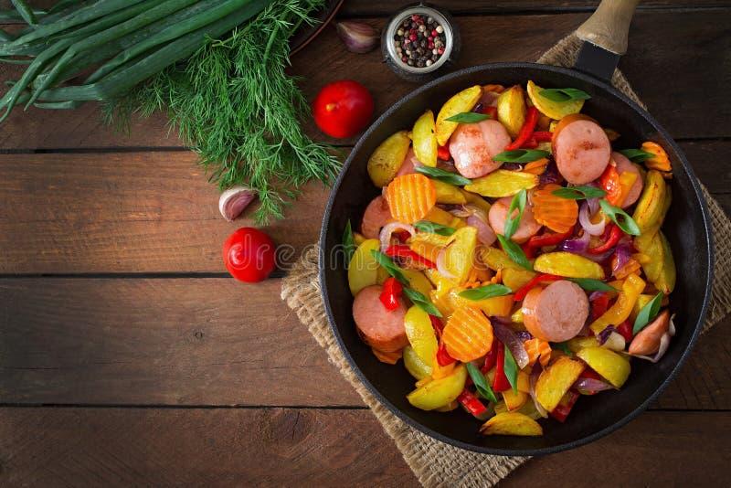 Τηγανισμένες πατάτες με τα λαχανικά και τα λουκάνικα Τοπ όψη στοκ φωτογραφίες με δικαίωμα ελεύθερης χρήσης
