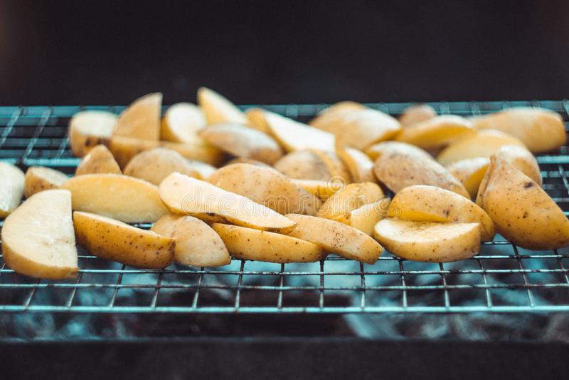 Τηγανισμένες πατάτες στη σχάρα στοκ φωτογραφία με δικαίωμα ελεύθερης χρήσης
