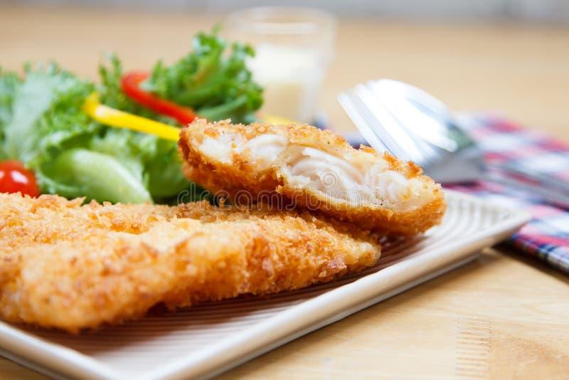 Τηγανισμένες ψάρια και σαλάτα στοκ εικόνες