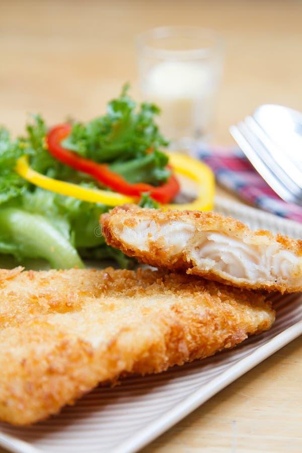 Τηγανισμένες ψάρια και σαλάτα στοκ εικόνα με δικαίωμα ελεύθερης χρήσης