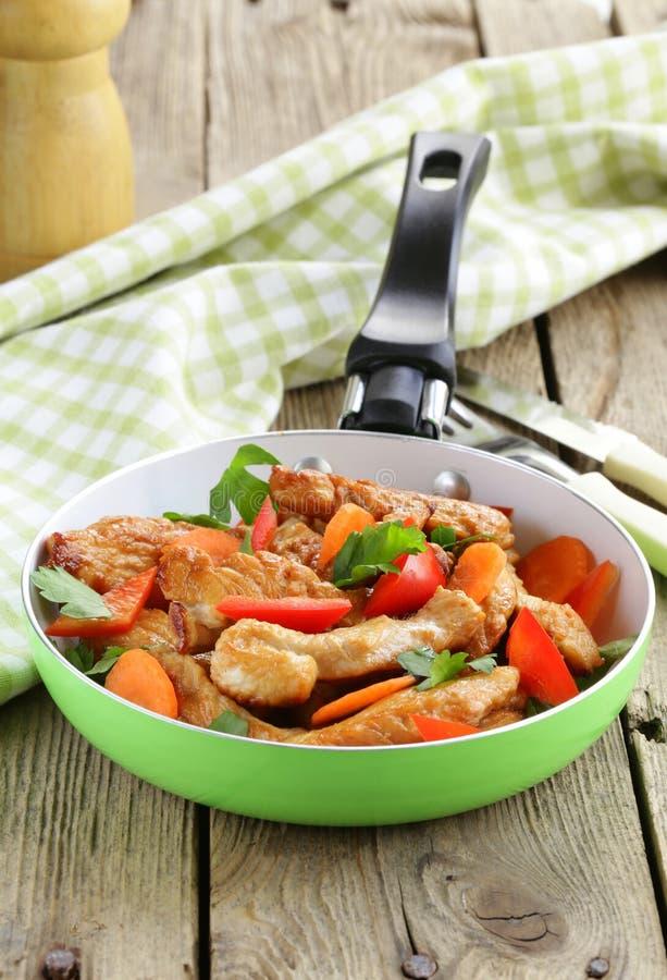 Τηγανισμένες λωρίδες κοτόπουλου (Τουρκία) με τα λαχανικά στοκ φωτογραφίες