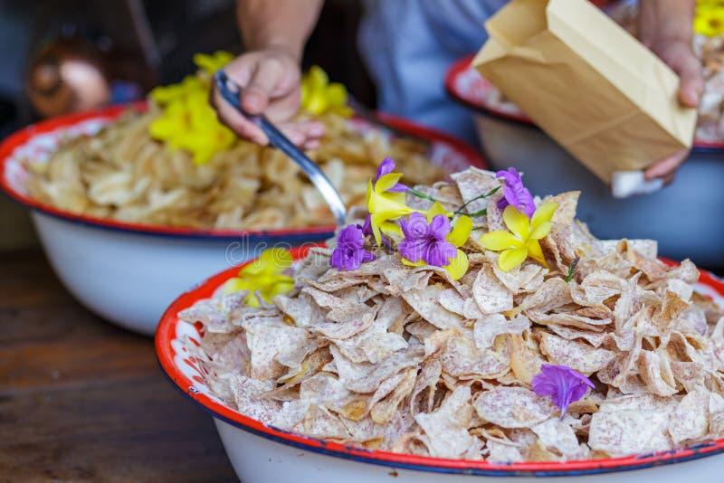 Τηγανισμένες Taro φέτες, τσιπ πατατών στην αγορά στοκ φωτογραφία