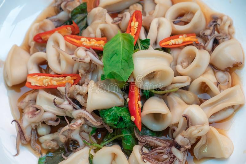Τηγανισμένη άδεια βασιλικού με τα ταϊλανδικά τρόφιμα καλαμαριών στοκ φωτογραφίες