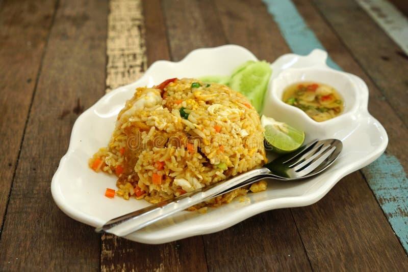 Τηγανισμένη γαρίδες εξυπηρέτηση ρυζιού με το φρέσκο λαχανικό στο άσπρο πιάτο στοκ εικόνα με δικαίωμα ελεύθερης χρήσης