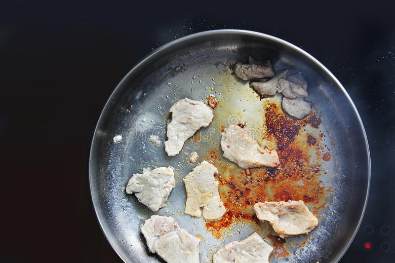τηγανισμένη πανοραμική λήψη pork κρέας Το κρέας τηγανίζει ηλεκτρονικό πιάτο μαγείρεμα κουζίνα Νόστιμα τρόφιμα στοκ εικόνες με δικαίωμα ελεύθερης χρήσης