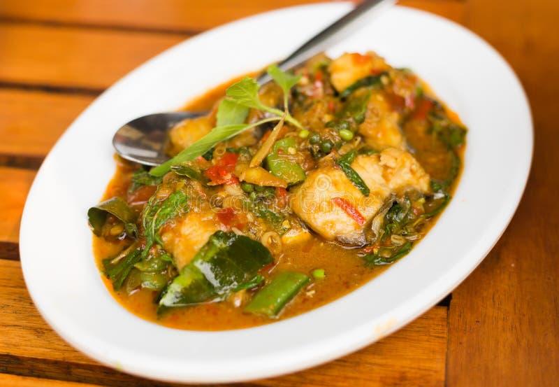 Τηγανισμένη σάλτσα συρραφών τσίλι με τα ταϊλανδικά τρόφιμα ψαριών στοκ εικόνες
