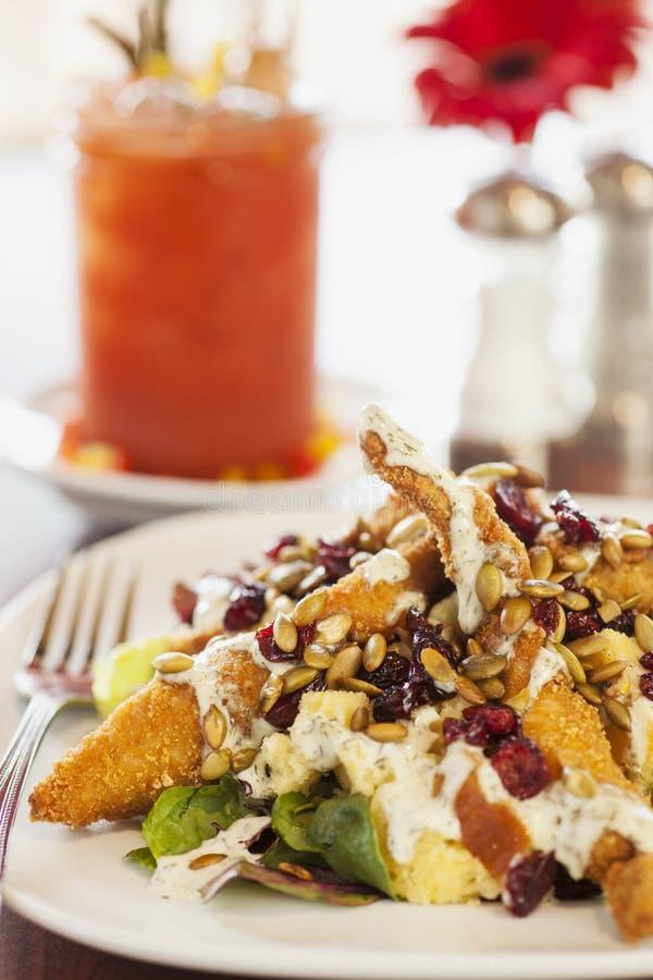 Τηγανισμένη σαλάτα κοτόπουλου με αιματηρή Mary στοκ εικόνες