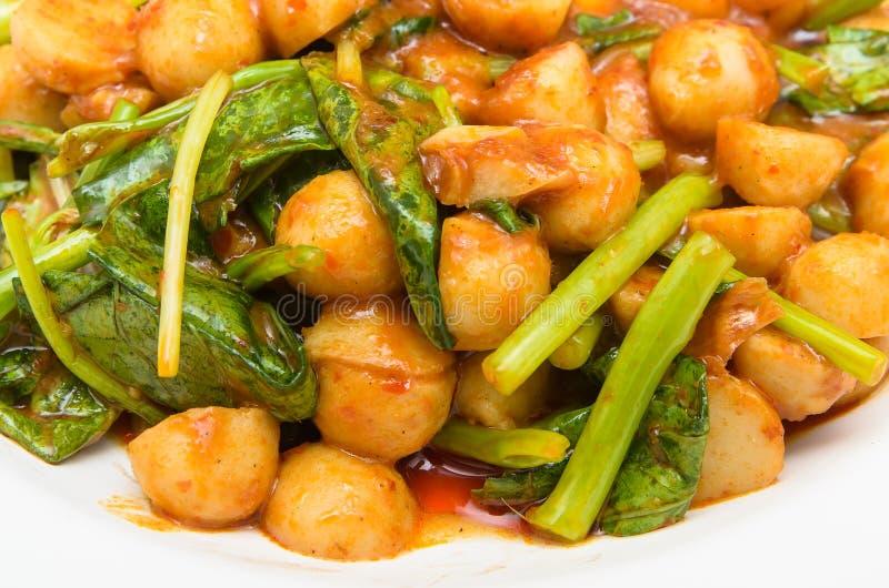 Τηγανισμένη σφαίρα κρέατος ψαριών και κινεζικό κατσαρό λάχανο στη σάλτσα τσίλι στοκ εικόνα