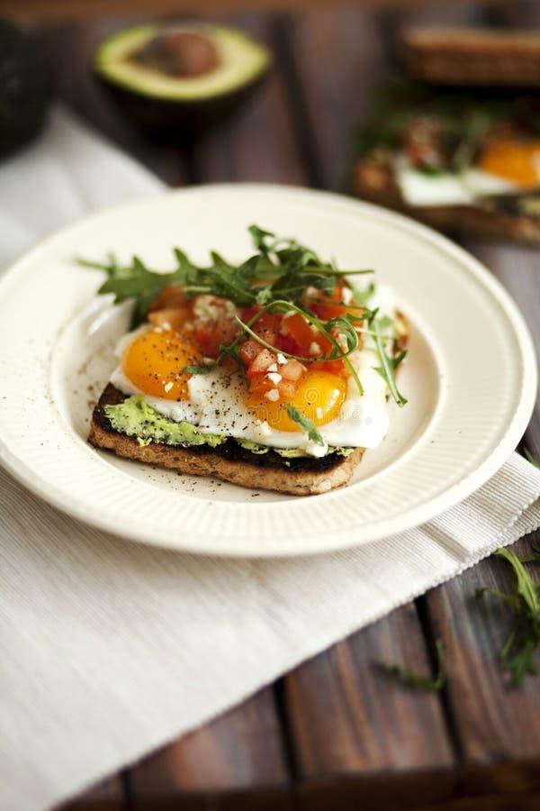 Τηγανισμένη φρυγανιά αυγών και αβοκάντο στοκ φωτογραφίες