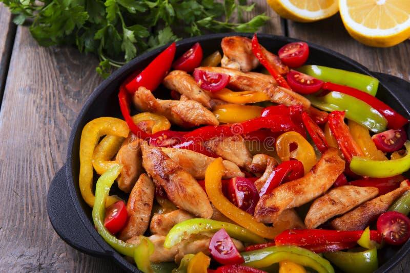 Τηγανισμένη λωρίδα κοτόπουλου με τα fajitas πιπεριών στοκ εικόνα με δικαίωμα ελεύθερης χρήσης