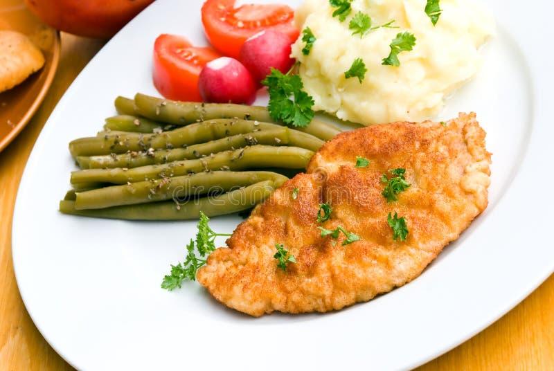 τηγανισμένη cutlet σαλάτα πουρέ schnitzel στοκ εικόνα με δικαίωμα ελεύθερης χρήσης