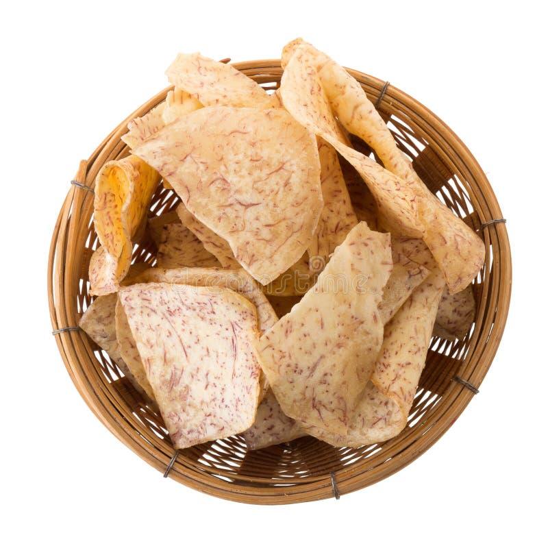 τηγανισμένη Taro εμβύθιση φετών στην καραμέλα στο καλάθι που απομονώνεται επάνω στοκ εικόνες
