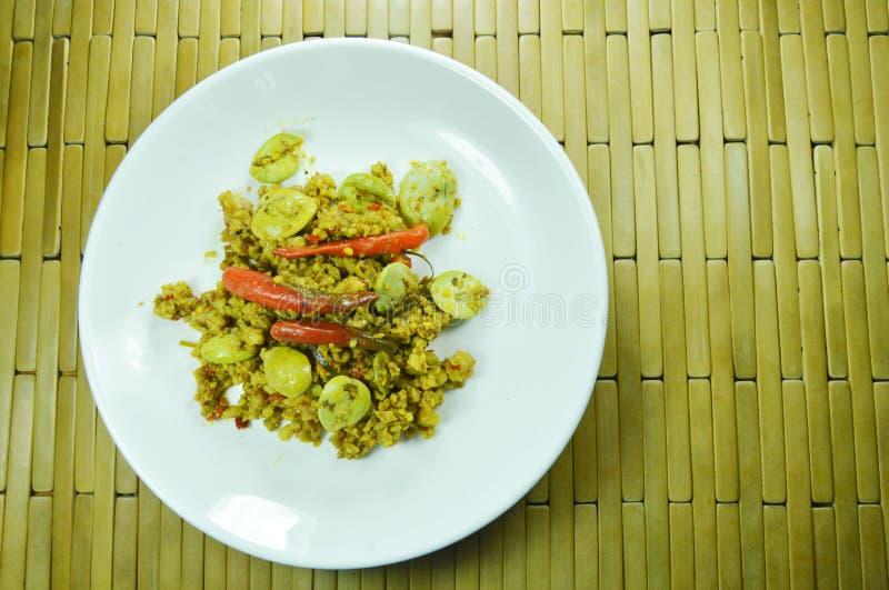 Τηγανισμένος κομματιασμένος με το επίπεδο φασόλι στο κίτρινο κάρρυ στο πιάτο στοκ εικόνες