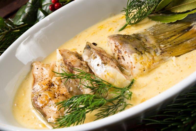 Τηγανισμένος κυπρίνος Χριστουγέννων στη βουτύρου σάλτσα με τον άνηθο και το λεμόνι στοκ εικόνα