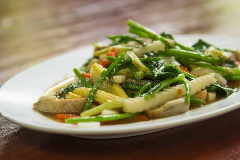 τηγανισμένος μικτός ανακατώστε τα λαχανικά στοκ εικόνες