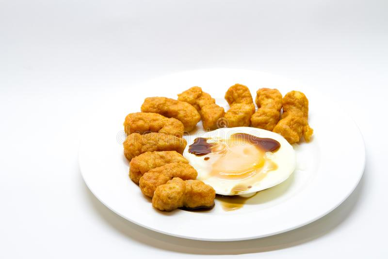 Τηγανισμένο αυγό με το πρόχειρο φαγητό κοτόπουλου στοκ φωτογραφία με δικαίωμα ελεύθερης χρήσης