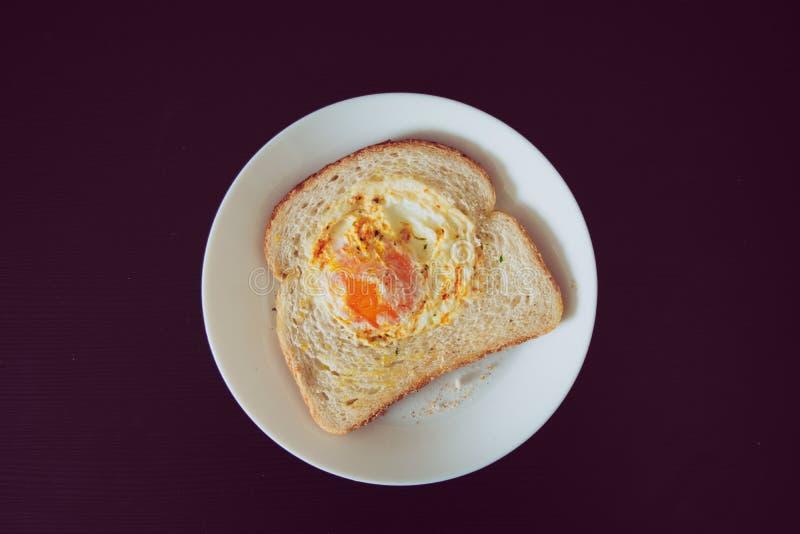 Τηγανισμένο αυγό στο άσπρο ψωμί στοκ εικόνες