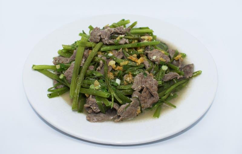 Τηγανισμένο βόειο κρέας με τα λαχανικά στο πιάτο στοκ φωτογραφία