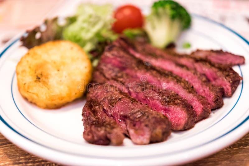 Τηγανισμένο βόειο κρέας με τις πατάτες, που διακοσμούνται με τα λαχανικά, Τόκιο, Ιαπωνία Κινηματογράφηση σε πρώτο πλάνο στοκ εικόνες