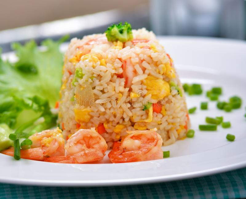 Τηγανισμένο γαρίδες ρύζι στο άσπρο πιάτο στοκ φωτογραφία