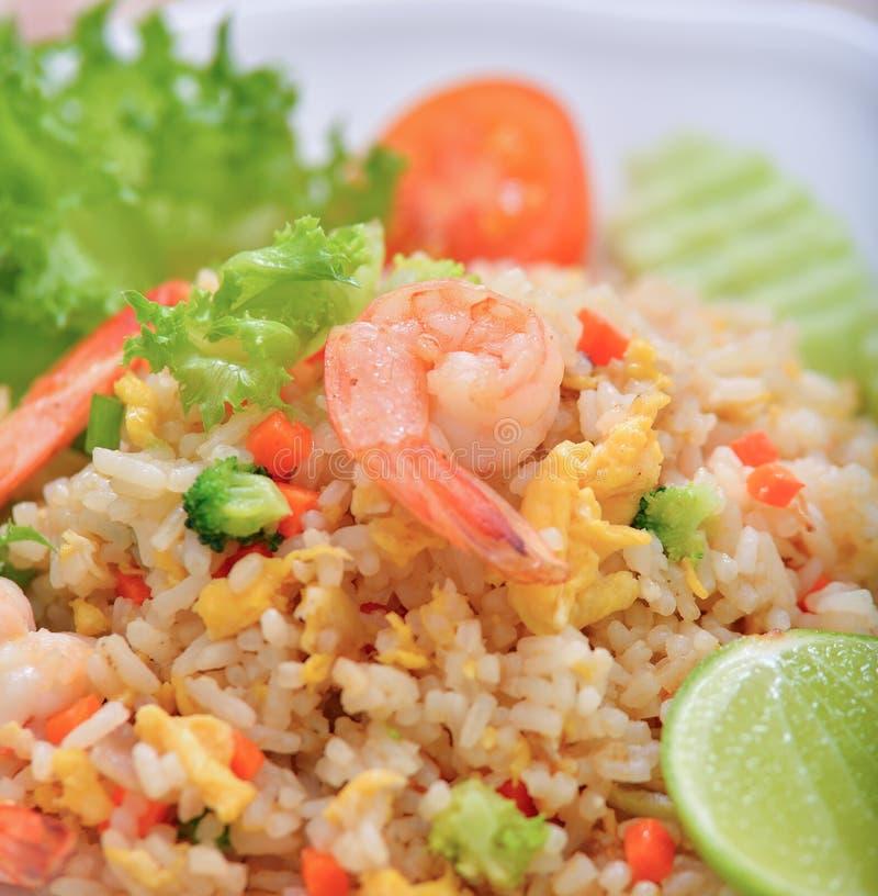 Τηγανισμένο γαρίδες ρύζι στο άσπρο πιάτο στοκ φωτογραφίες με δικαίωμα ελεύθερης χρήσης