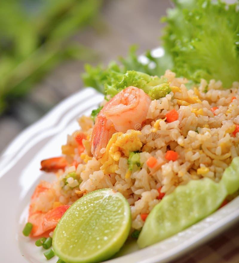 Τηγανισμένο γαρίδες ρύζι στο άσπρο πιάτο στοκ φωτογραφίες