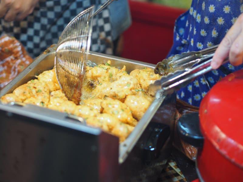 Τηγανισμένο κέικ ψαριών Ταϊλανδός που μαγειρεύει εύγευστο τριζάτο στοκ φωτογραφία με δικαίωμα ελεύθερης χρήσης