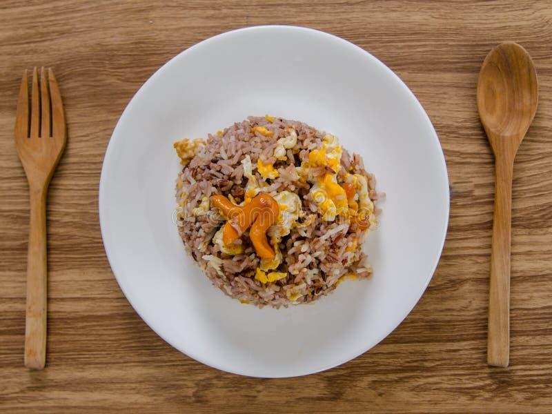 Τηγανισμένο καφετί ρύζι με τα αυγά και τα λουκάνικα στο άσπρο πιάτο στοκ φωτογραφίες με δικαίωμα ελεύθερης χρήσης