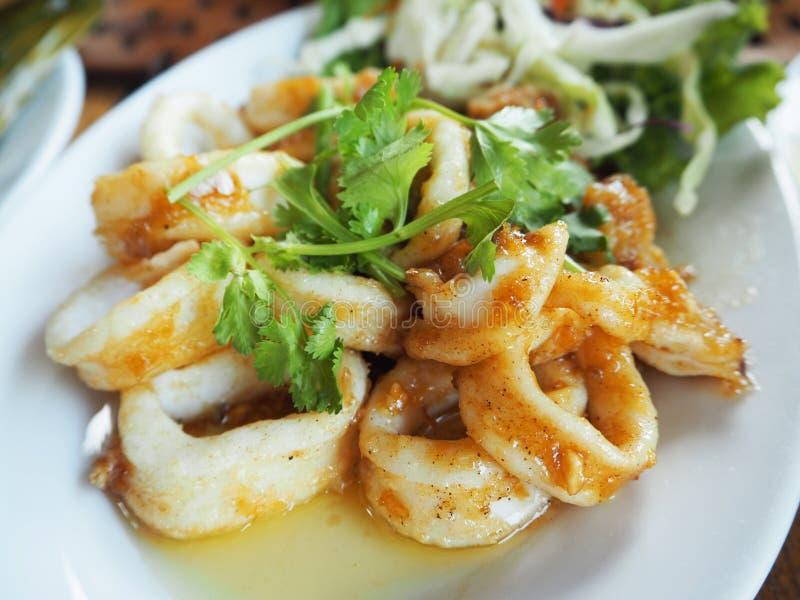 Τηγανισμένο καλαμάρι με το σκόρδο και το πιπέρι στοκ εικόνα με δικαίωμα ελεύθερης χρήσης