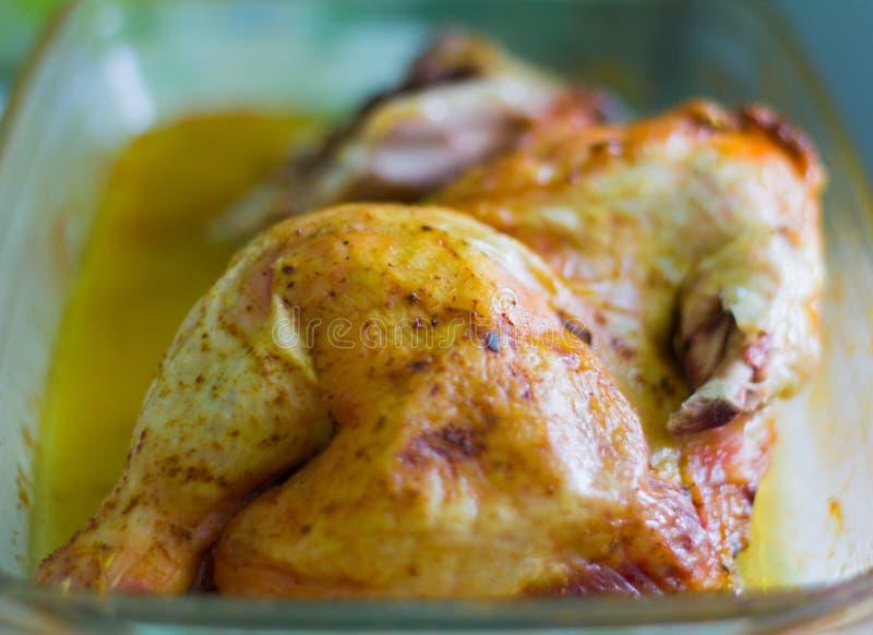 Τηγανισμένο κοτόπουλο, κοτόπουλο που τηγανίζεται με τα καρυκεύματα στοκ εικόνα