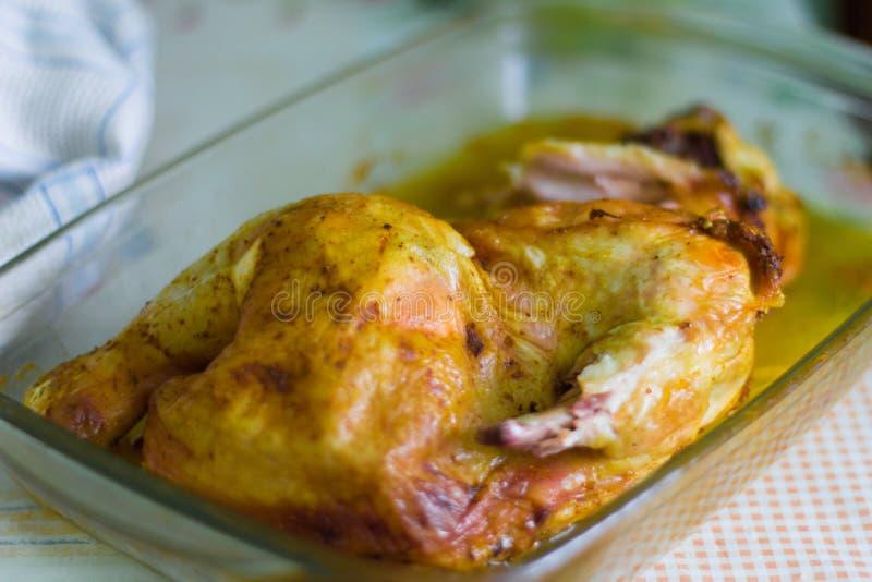 Τηγανισμένο κοτόπουλο, κοτόπουλο που τηγανίζεται με τα καρυκεύματα στοκ εικόνα με δικαίωμα ελεύθερης χρήσης