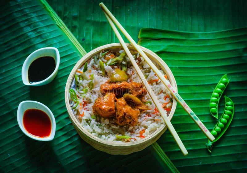 Τηγανισμένο κοτόπουλο ρυζιού και τσίλι στοκ εικόνα