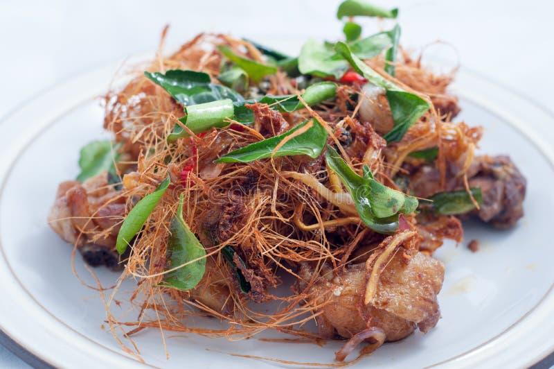 Τηγανισμένο κοτόπουλο με τη χλόη λεμονιών στοκ εικόνα
