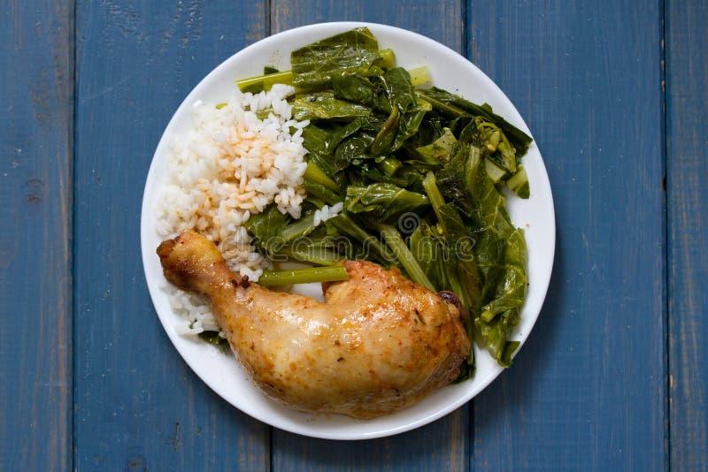 Τηγανισμένο κοτόπουλο με το ρύζι και το κατσαρό λάχανο στοκ εικόνες