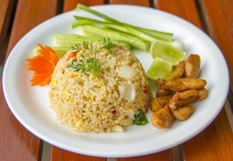 Τηγανισμένο κοτόπουλο ρύζι - ταϊλανδικό τηγανισμένο ρύζι με το κοτόπουλο στοκ εικόνες