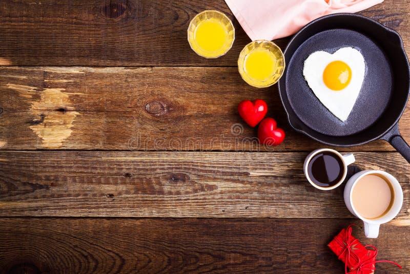 Τηγανισμένο μορφή αυγό καρδιών, φρέσκοι χυμός από πορτοκάλι και καφές Τοπ όψη στοκ φωτογραφία με δικαίωμα ελεύθερης χρήσης