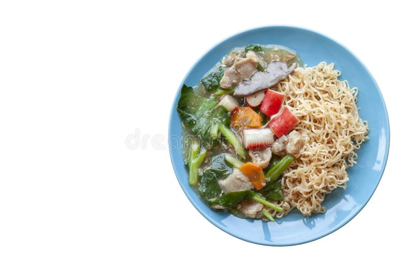 Τηγανισμένο νουντλς με το χοιρινό κρέας, το κινεζικό κατσαρό λάχανο και το ταϊλανδικό NA RAD κλήσης καρότων στο μπλε πιάτο στο άσ στοκ φωτογραφίες με δικαίωμα ελεύθερης χρήσης