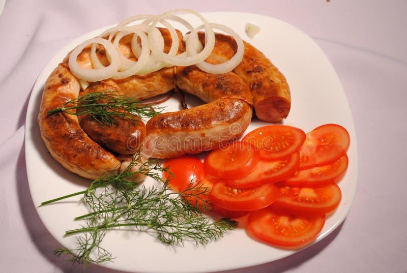 Τηγανισμένο λουκάνικο σε ένα πιάτο στοκ φωτογραφία με δικαίωμα ελεύθερης χρήσης