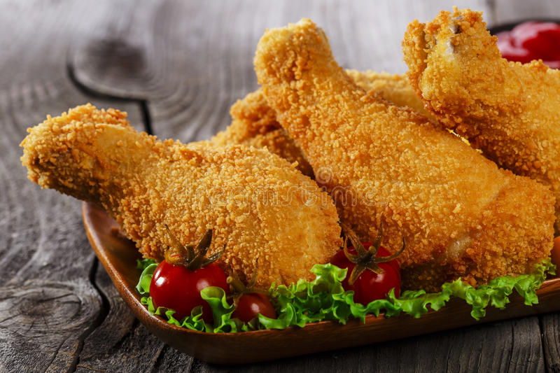 Τηγανισμένο πόδι κοτόπουλου στις τριμμένες φρυγανιές στοκ εικόνα με δικαίωμα ελεύθερης χρήσης