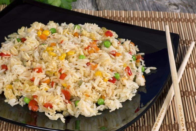 Τηγανισμένο ρύζι με τα λαχανικά στοκ φωτογραφία με δικαίωμα ελεύθερης χρήσης