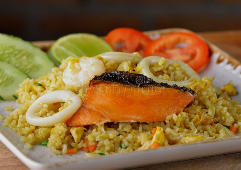 Τηγανισμένο ρύζι με τα θαλασσινά στο άσπρο πιάτο στοκ φωτογραφία με δικαίωμα ελεύθερης χρήσης