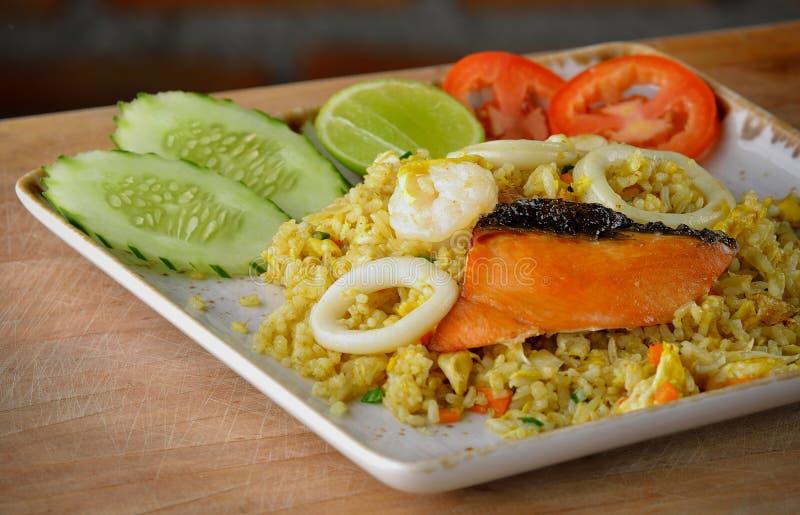 Τηγανισμένο ρύζι με τα θαλασσινά στο ξύλινο υπόβαθρο στοκ εικόνες με δικαίωμα ελεύθερης χρήσης