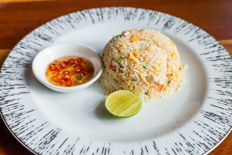 Τηγανισμένο ρύζι με τα τσίλι και το λεμόνι σάλτσας ψαριών στοκ εικόνα με δικαίωμα ελεύθερης χρήσης